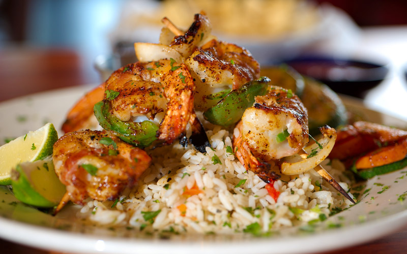 سرو بهترین غذاهای ایرانی و خارجی در فضایی زیبا و دل نشین در رستوران بین المللی نسیم توس